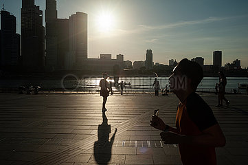 Singapur  Republik Singapur  Die Skyline von Marina Bay im Gegenlicht