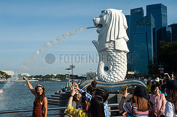 Singapur  Republik Singapur  Touristen im Merlion Park in Marina Bay