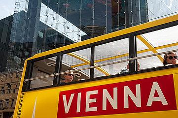 Wien  Oesterreich  Touristen im Bus waehrend einer Stadtrundfahrt