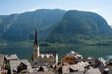 Hallstatt  Salzkammergut  Oesterreich  Hallstatt mit Hallstaetter See und Bergen