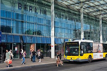 Berlin  Deutschland  Bus der BVG am Ostbahnhof in Friedrichshain