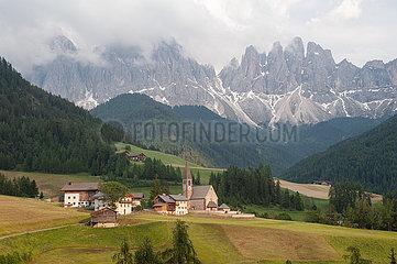 St. Magdalena  Villnoess  Trentino  Suedtirol  Naturpark Villnoesstal mit den Bergen der Puez Geislergruppe