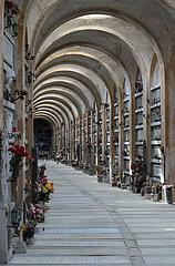 Urnengang mit Gewoelbe auf dem Monumentalfriedhof Staglieno i Genua