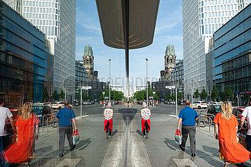 Berlin  Deutschland  Strassenszene entlang der Kantstrasse in Charlottenburg
