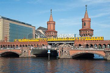 Berlin  Deutschland  Oberbaumbruecke zwischen Kreuzberg und Friedrichshain