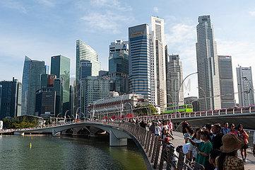 Singapur  Republik Singapur  Marina Bay und die Skyline des Geschaeftsviertels
