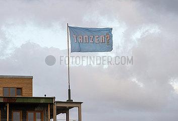 Tanzen - Flagge am Holzmarkt Berlin