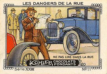 Zeitungsleser ueberquert Straße  1925