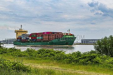 Containerschiff auf der Elbe bei Hamburg