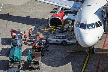 Flugzeug wird am Gate entladen  Flughafen Duesseldorf International  DUS  Nordrhein-Westfalen  Deutschland