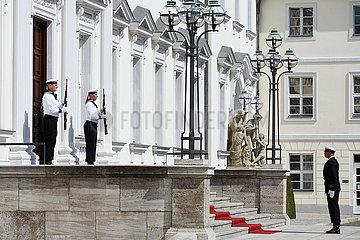 Berlin  Deutschland - Marine-Soldaten des Wachbatallions vor dem Eingangsportal von Schloss Bellevue.