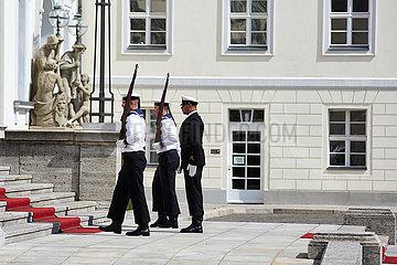 Berlin  Deutschland - Marine-Soldaten des Wachbatallions schreiten zum Eingangsportal von Schloss Bellevue.