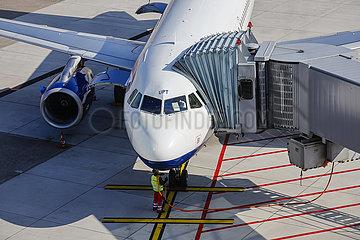 Flugzeug parkt am Gate  Flughafen Duesseldorf International  DUS  Nordrhein-Westfalen  Deutschland
