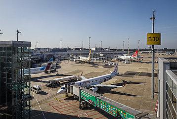 Flughafen Duesseldorf International  DUS  Flugzeuge von eurowings  Delta und helvetic airways stehen am Terminalgebaeude  Nordrhein-Westfalen  Deutschland