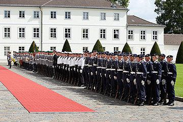 Berlin  Deutschland - Das Stabsmusikkorps und Soldaten des Wachbatallions im Ehrenhof von Schloss Bellevue.