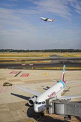 Eurowings Flugzeug parkt am Gate  Flughafen Duesseldorf International  DUS  Nordrhein-Westfalen  Deutschland
