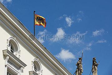 Berlin  Deutschland - Die Standarte des Bundespraesidenten am Schloss Bellevue.