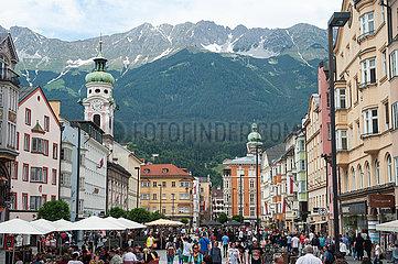 Innsbruck  Tirol  Oesterreich  Fussgaengerzone Maria-Theresien-Strasse mit Bergen