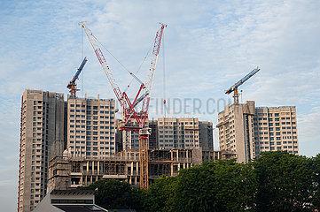 Singapur  Republik Singapur  Baukraene auf einer Baustelle von HDB Wohnhochhaeusern