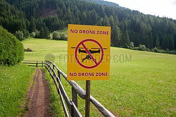 St. Magdalena  Villnoess  Trentino  Suedtirol  Flugverbotszone fuer Drohnen im Naturschutzpark Villnoesstal