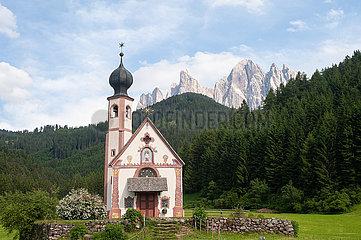 St. Magdalena  Villnoess  Trentino  Suedtirol  Kirche St. Johann in Ranui mit Bergen der Puez Geislergruppe