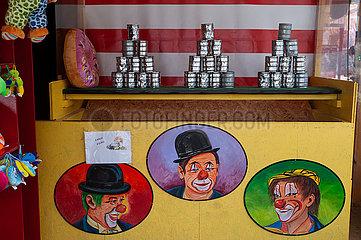 Wien  Oesterreich  Dosenwerfen auf der Wiener Prater Kirmes