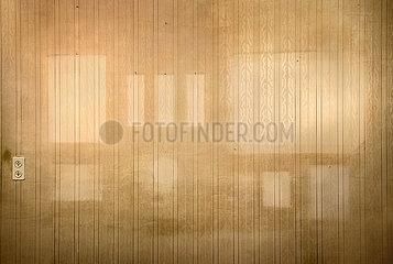 leere Wohnung  fleckige Tapeten  Auszug