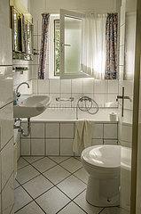 kleines Badezimmer in einer Mietwohnung  1995