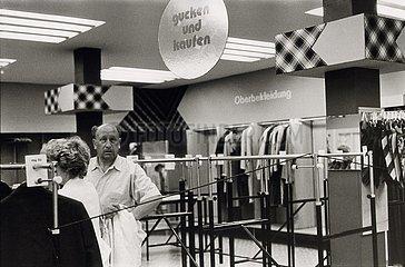 DEU  Deutschland  Juni 1990  Bad Doberan  Vorbereitung auf die Einf?hrung der DM in der DDR / W?hrungsunion  leere L?den nach Ausverkauf der DDR- Ware Juni 1990  Bad Doberan  vor der Waehrungsunion