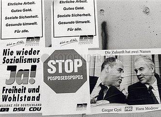 DEU  Deutschland  M?rz 1990  Berlin  Wahlkampf  erste freie Wahl zur Volkskammer der DDR  typische Ansammlung von Wahlplakaten an einer Hauswand Maerz 1990  Berlin  erste freie Volkskammerwahl