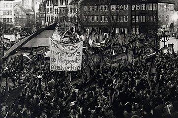 DEU  Deutschland  20. Februar 1990  Wahlkampf zur ersten freien Wahl zur Volkskammer in der DDR  Wahlkampfveranstaltung der CDU mit Bundeskanzler Helmut Kohl und Bernhard Vogel 20. Februar 1990  Erfurt  erste freie Volkskammerwahl