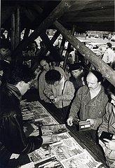 DEU  Deutschland  M?rz 1990  Erfurt  Pressefreiheit in der DDR  Schlange stehen f?r Westzeitungen und Westzeitschriften Maerz 1990  Erfurt  Westzeitungsverkauf