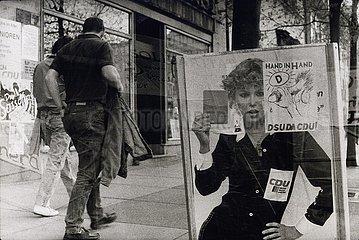 DEU  Deutschland  Februar 1990  Erfurt  Wahlkampf  erste freie Wahl zur Volkskammer der DDR  mit einem Flugblatt karikiertes Wahlplakat der CDU Februar 1990  Erfurt  erste freie Volkskammerwahl