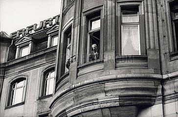 'Willy Brandt spricht am Fenster des Hotels ''Erfurter Hof'''