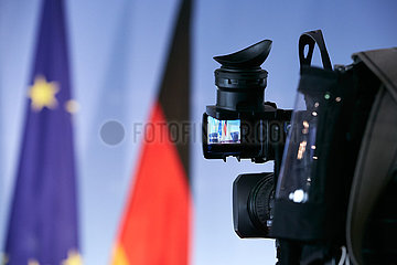 Berlin  Deutschland - TV-Kamera  im Hintergrund EU-Fahne und deutsche Fahne.