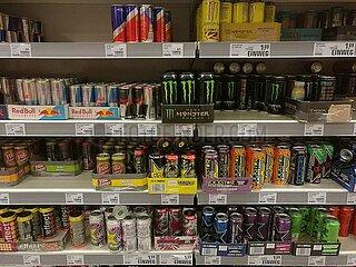 Energydrinks im Supermarktregal