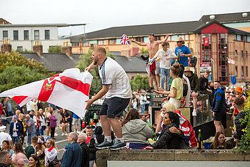 Grossbritannien  Belfast - Zuschauer beim Orangemens Day  protestantischer  politisch aufgeladener jaehrlicher Feiertag zum Gedenken an die Schlacht am Boyne