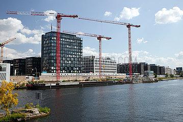 Berlin  Deutschland - Blick ueber die Spree auf neu erbaute Buerogebeaude und Baustellen am Flussufer in Berlin-Friedrichshain.
