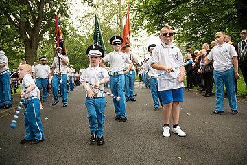 Grossbritannien  Belfast - Kinder warten am Sammelpunkt  Orangemens Day  protestantischer  jaehrlicher Feiertag zum Gedenken an die Schlacht am Boyne