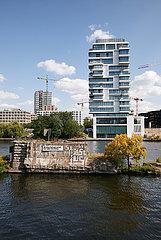 Berlin  Deutschland - Blick ueber die Spree auf neu erbaute Wohnhaeuser am Flussufer in Berlin-Friedrichshain.