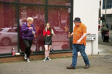 Grossbritannien  Belfast - Strassenszene am Orangemens Day  protestantischer  politisch aufgeladener jaehrlicher Feiertag zum Gedenken an die Schlacht am Boyne