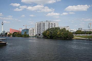 Berlin  Deutschland - Blick vom Spreebalkon auf Wohn- und Gewerbegebaeude am Spreeufer in Berlin-Friedrichshain.