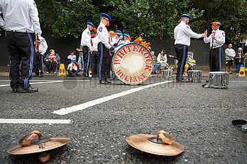 Grossbritannien  Belfast - Musiker am Orangemens Day  protestantischer  politisch aufgeladener jaehrlicher Feiertag zum Gedenken an die Schlacht am Boyne