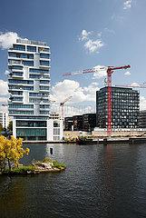 Berlin  Deutschland - Blick ueber die Spree auf neu erbaute Wohn- und Buerohaeuser am Flussufer in Berlin-Friedrichshain.