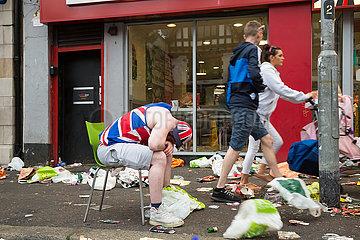 Grossbritannien  Belfast - Betrunkener nach dem Orangemens Day  protestantischer  jaehrlicher Feiertag zum Gedenken an die Schlacht am Boyne