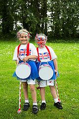 Grossbritannien  Belfast - Zwei Maedchen in Union Jack am Orangemens Day  protestantischer  jaehrlicher Feiertag zum Gedenken an die Schlacht am Boyne