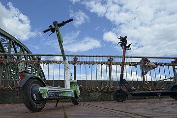 Zwei E-Scooter der Verleihfirmen Lime und Circ
