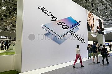 Berlin  Deutschland - SAMSUNG bewirbt das Galaxy 5G Note10+ zur IFA mit einem Riesenplakat.