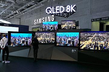 Berlin  Deutschland - SAMSUNGs neue Flachbildschirmfernseher mit QLED und 8K Aufloesung auf der IFA.