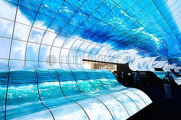 Berlin  Deutschland - LG stellt flexible Flachbildschirme mit OLED R-Technik in einer riesigen Installation zur IFA.
